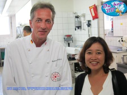 Du học Thụy Sĩ, Du học BB thăm bếp và bếp trưởng trường HTMi.jpg